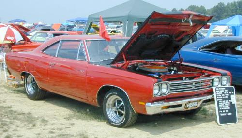 B-1969_Plymouth_RoadRunner2_RightFront.jpg (30678 bytes)